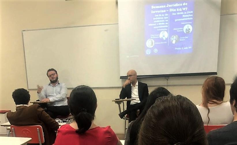Durante as discussões, feitas ao lado do Professor de Direito Constitucional da Universidade, Alessandro Soares, foi colocada em pauta a construção histórica da atividade de lobbying e seu nascimento e desenvolvimento no Brasil.